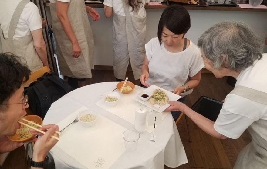 waiters-dementia-restaurant-of-order-mistakes-tokyo-7